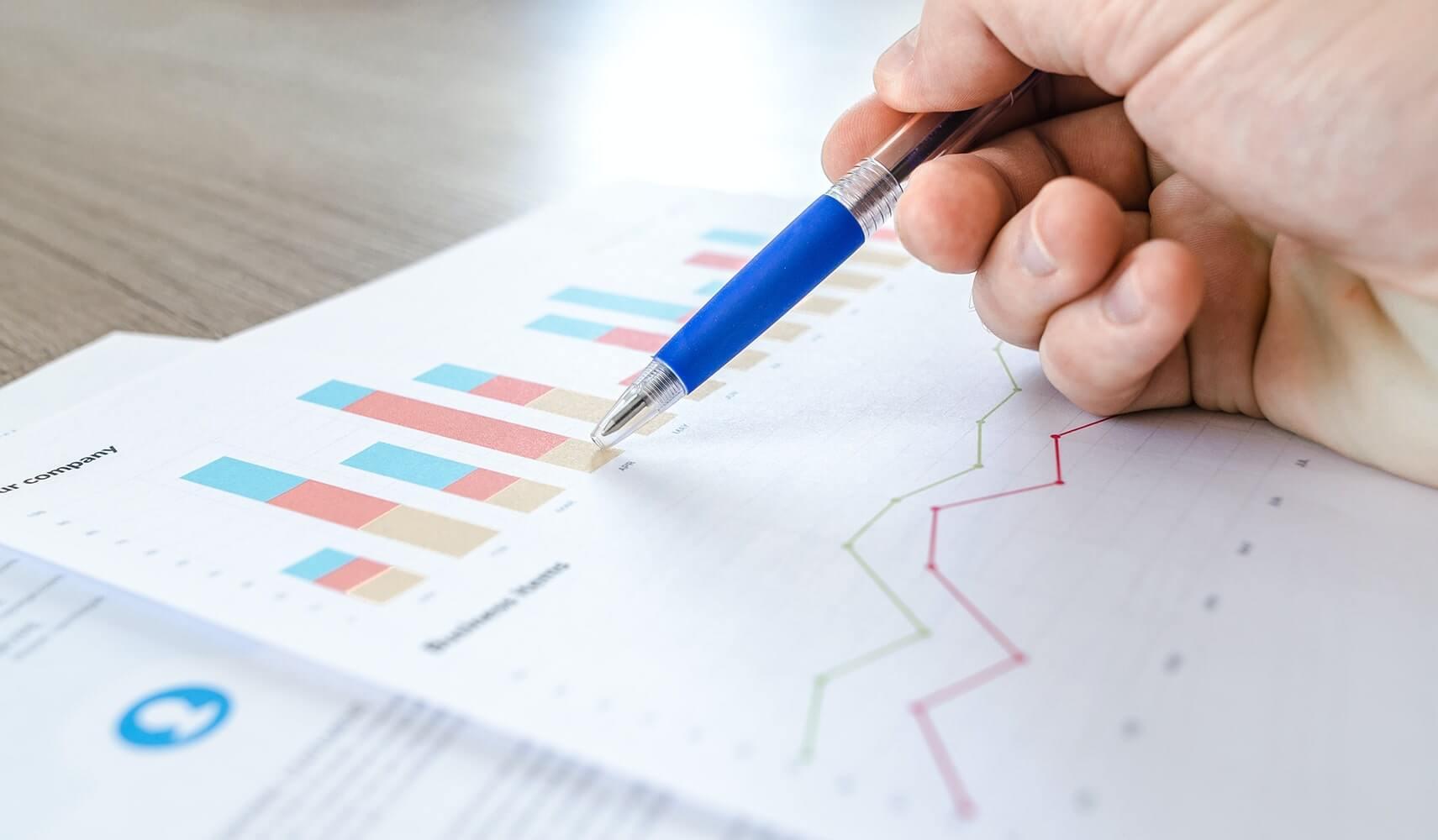 Nahaufnahme von Dokumenten mit Statistiken