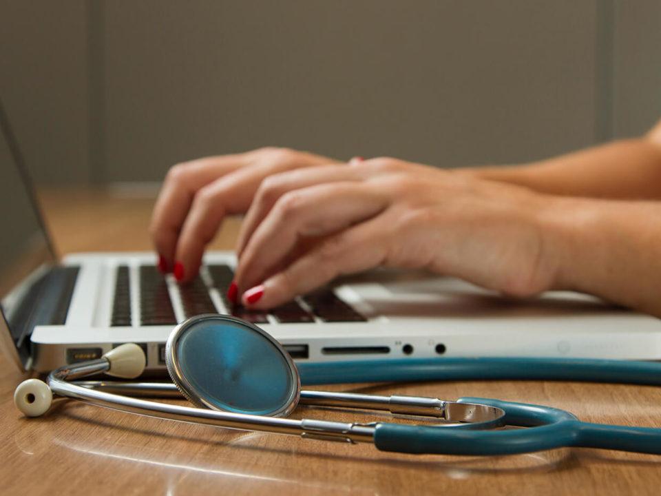 Nahaufnahme, eine Person bedient einen Laptop